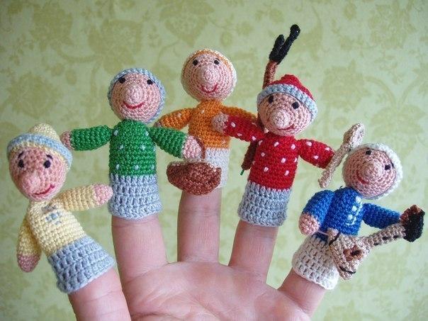 Этот пальчик — в лес пошёл, Этот пальчик — гриб нашёл, Этот пальчик — занял место, Этот пальчик — ляжет тесно, Этот пальчик — много ел, Оттого и растолстел. *** (перебирая пальчики, приговариваем) Этот пальчик — дедушка, Этот пальчик — бабушка, Этот пальчик — папенька, Этот пальчик — маменька, Этот пальчик — Ванечка. *** (загибаем пальчики) Этот пальчик хочет спать, Этот пальчик лёг в кровать, Этот пальчик лишь вздремнул, Этот пальчик уж заснул. Этот крепко, крепко спит. Тише! Тише, не шумите!…