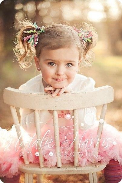 Быстро время пролетело, Вроде только родила… Моя дочка повзрослела, Рано ножками пошла. Вроде только что носила Ее в пузике своем, Говорила с ней и пела, И мечтала день за днем. А мечтала, что увижу, И как на руки возьму. И скажу: «твоя я мама», И к своей груди прижму. Это первое мгновенье Не забуду никогда. Я любви нашей творенье Полюбила навсегда. Полюбила наш комочек, Наше милое дитя: Эти глазки, этот носик, И серьезной и шутя. Ты расти на радость, дочка, Будь смышленой, будь собой. И без…